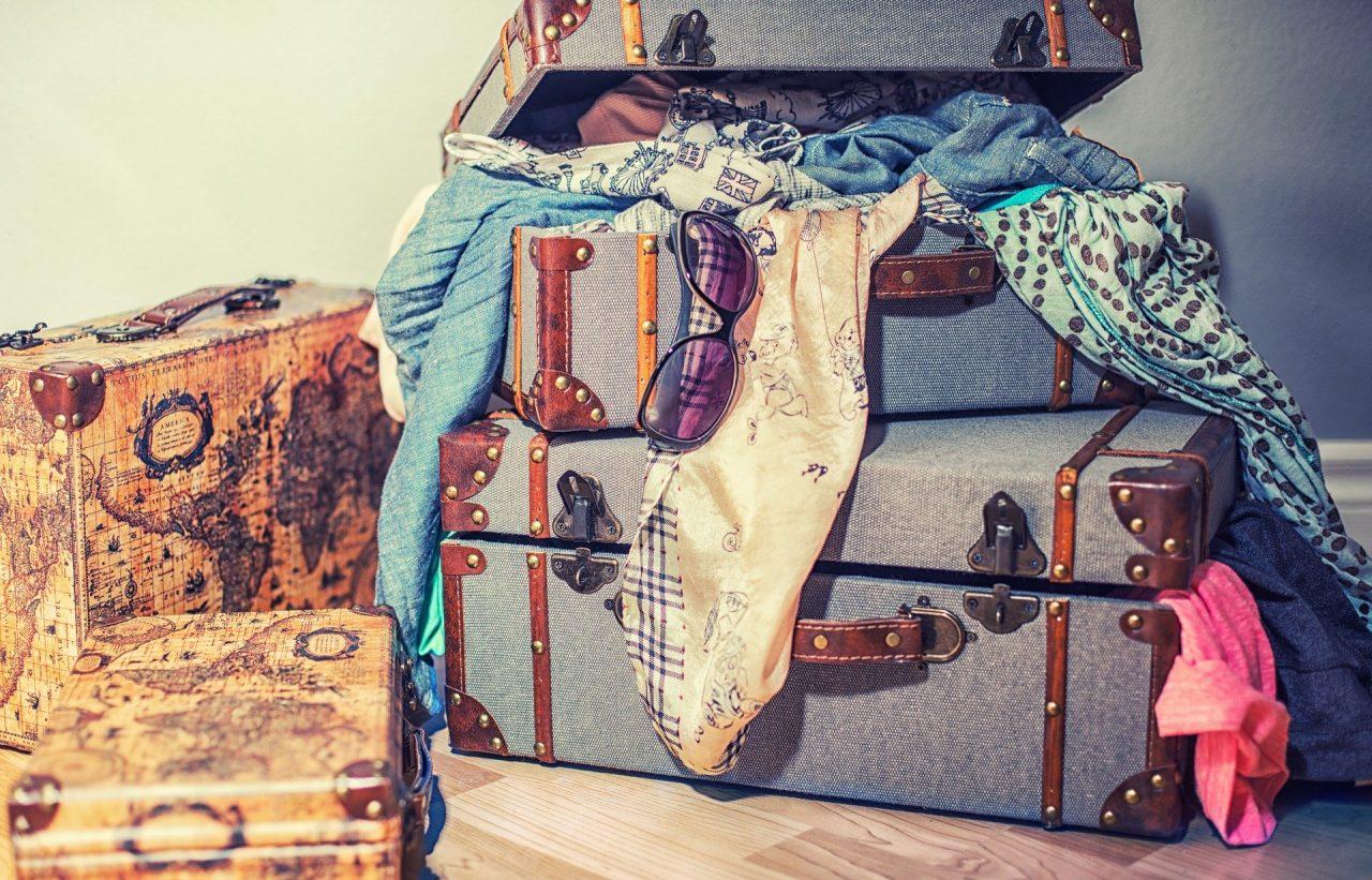 reisekoffer mit vielen dingen
